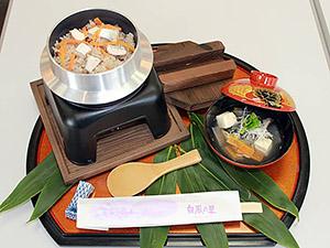 雑穀米入りサワラの釜飯と潮汁